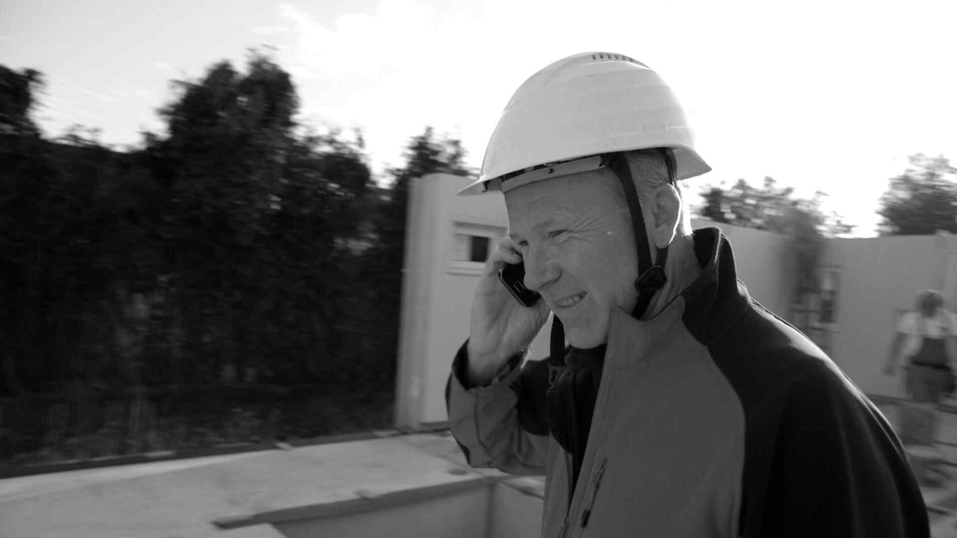 Ihr Persönlicher Bauleiter Koordiniert Und Kontrolliert Alle Arbeiten Vor  Ort. Im Bild Sehen Sie Einen Unserer Erfahrenen Bauleiter: Walter  Edelhofer, ...