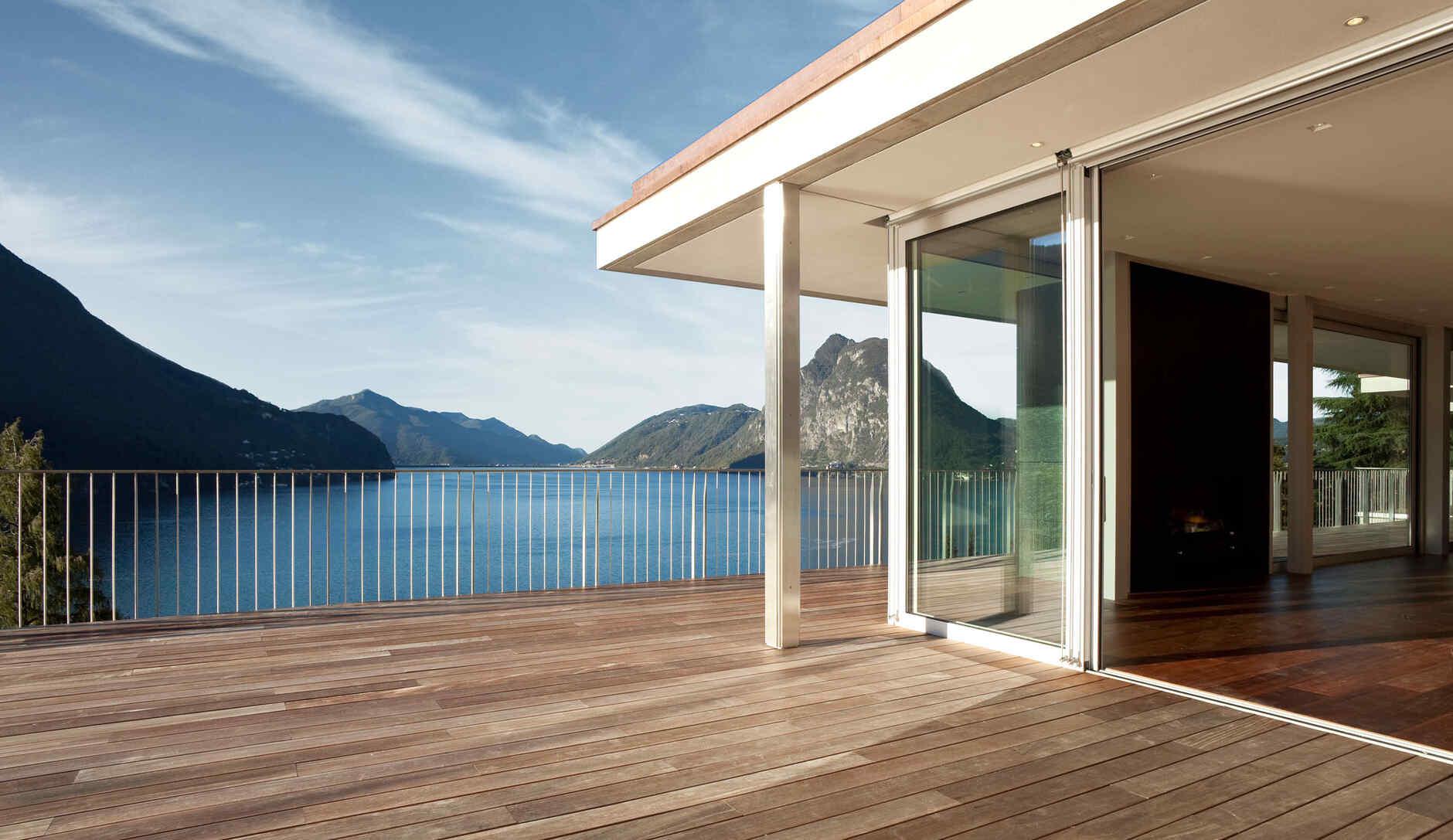 Fertigteilhaus mit Terrasse und Ausblick